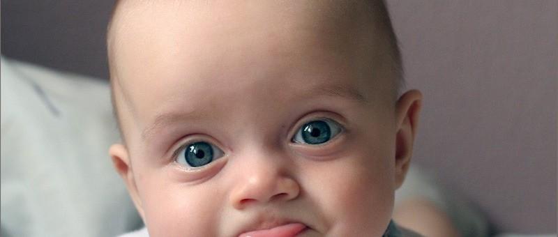 Ребенок плачет во время кормления